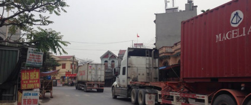 Thủng túi vì phí cao tốc, xe container tràn tỉnh lộ