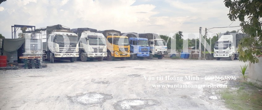Xe tải chở hàng khu công nghiệp Phong Phú