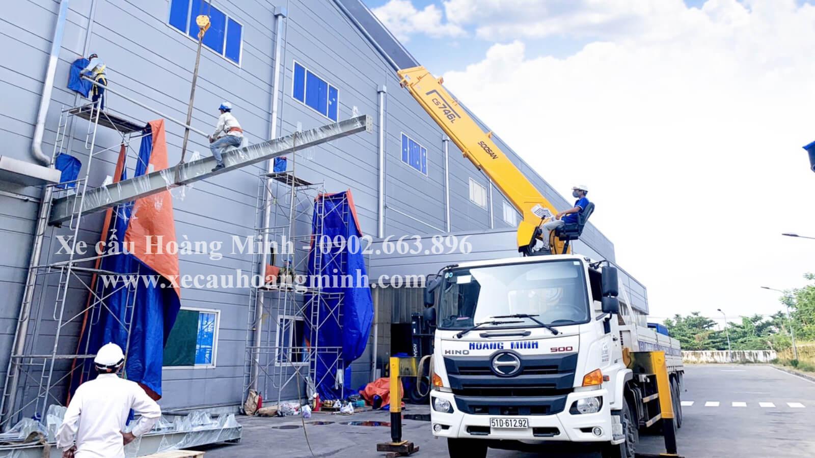 xe cẩu hỗ trợ lắp đặt thiết bị công trình