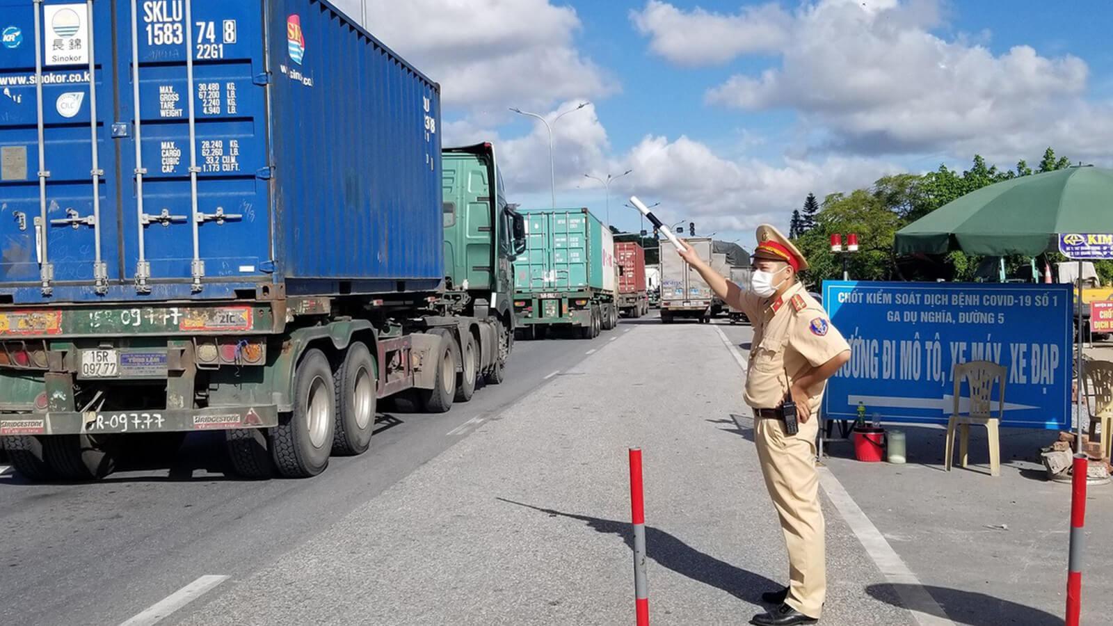 Không kiểm tra giấy xét nghiệm COVID-19 với lái xe vận chuyển hàng hóa trong nội vùng 19 tỉnh thành
